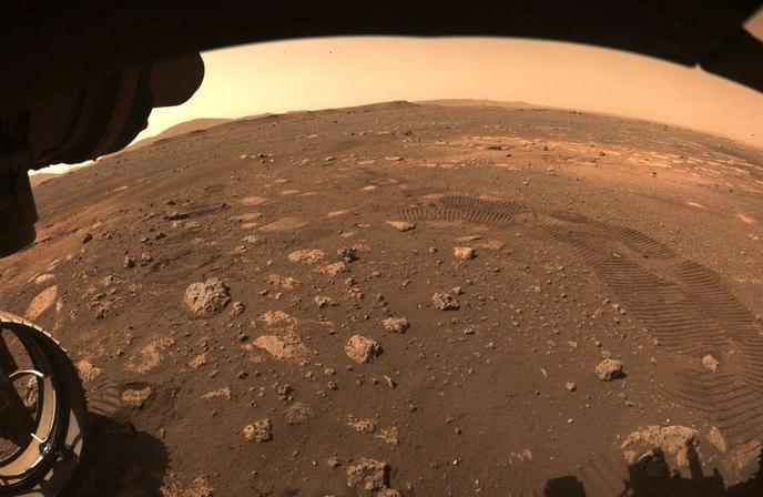 """美國宇航局的""""毅力""""號火星車首次在火星上疾駛"""