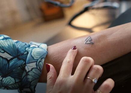 全球首例远程纹身!借助5G技术,由机器人纹身师绘制