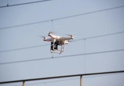 电网无人机用来驱赶鸟类,可以增强电力线路的安全性
