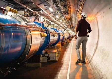 大型强子对撞机把质子粒子束一起粉碎 探测宇宙的物理极限