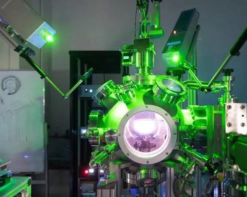 广东东莞松山湖材料实验室成功研制出基于国产部件的三光束脉冲激光共沉积镀膜系统
