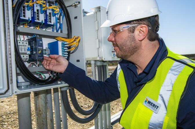 当可再生能源发电站控制装置寿命殆尽时 如何决定是改造还是替换?