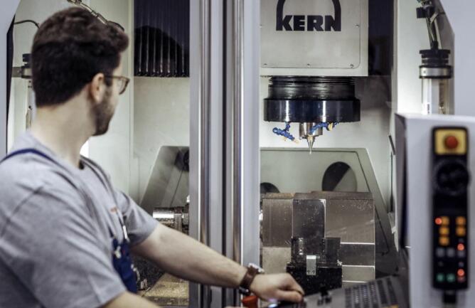 五轴加工中心能生产适用于钟表的微米级零件