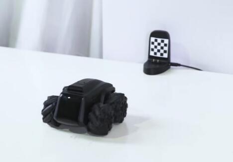 Scout巡逻机器人,配备1080p夜视摄像头,并能自动检查异常运动和噪音