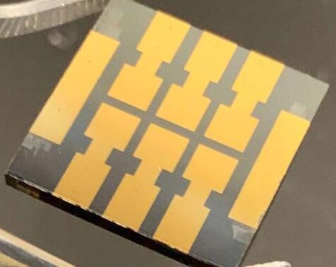 """一种特殊的""""分子胶""""可加强钙钛矿太阳能电池的电子传输界面从而提高电池稳定性"""