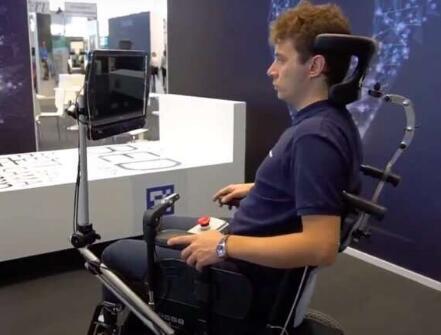 靠眼球驱动的半自动轮椅,让患有严重运动障碍的用户能够轻松使用