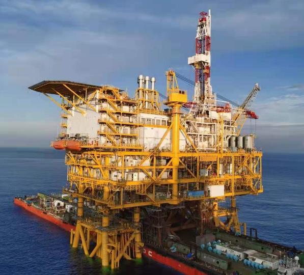 我国最大海上原油生产平台安装完成 可显著改善油田开发效果