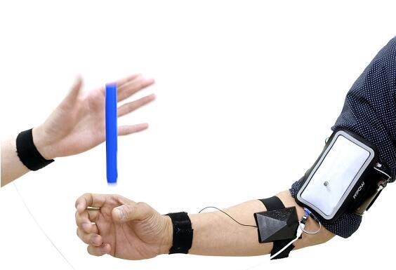 将传感器添加到机器人系统中,让肌肉对反射外界刺激更快反应