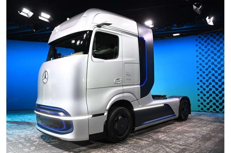 戴姆勒卡车将投资转向电池和氢燃料卡车