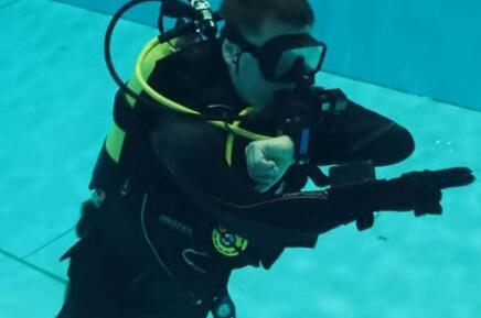 可以远程控制水下机器人的智能手套,通过机器学习算法实时识别指令