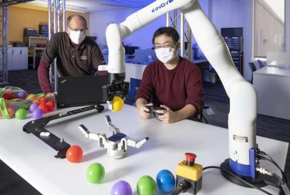 """通过机器学习对机器人进行""""训练"""",可以使其像人类一样""""动手""""操作"""