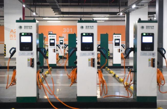"""首批新能源汽车电池面临""""退役"""" 企业面临三大挑战"""