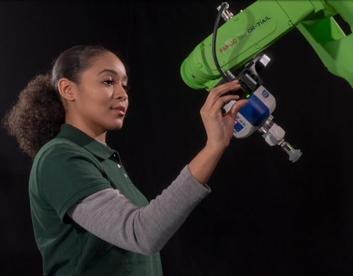 手動機器人幫助加工車間實現多品種、小批量生產的自動化