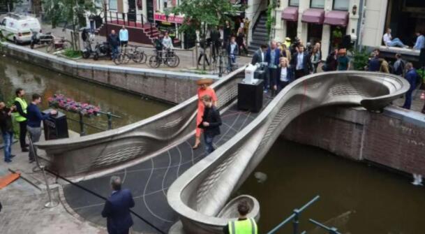 全球首座 3D 打印鋼制人行橋投入運營:外星人的氪星建筑走進現實