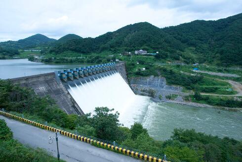 先用电抽水,再用水发电,抽水蓄能政策是在闹着玩吗?
