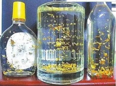 """酒里加金箔真的安全嗎?有錢人開始喝""""黃金""""了,揭開黃金酒面紗"""